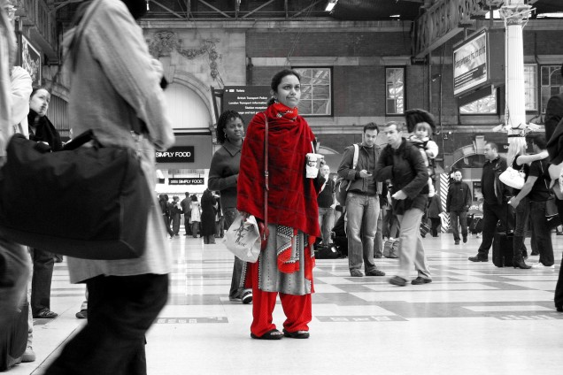 2006-10-14 - United Kingdom - England - London - Victoria - Lost - Cutout - Red - Woman